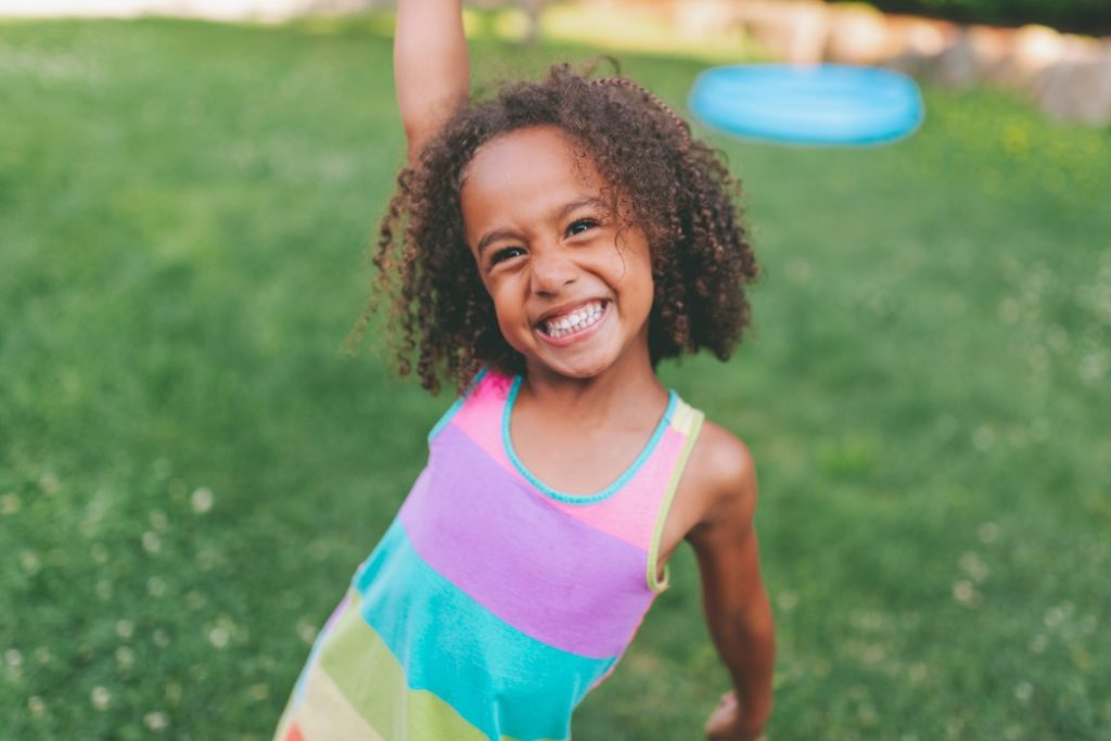portrait people excitement black summer child girl smiling smiling smile person happy happy diverse t20 jR21pv